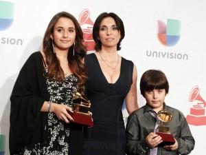 Gabriela Carrasco, viúva de Paco, recebe o prêmio póstumo do marido junto aos dois filhos do casal