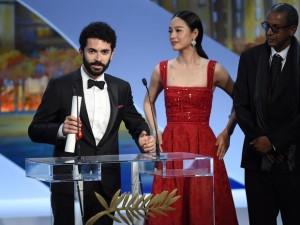 O diretor libanês Ely Dagher discursa ao lado da atriz chinesa Zhou Yun e o diretor mauritano Abderrahmane Sissako, depois de receber o prêmio de curta-metragem