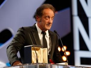 Ator francês Vincent Lindon discursa após ser anunciado como o vencedor da categora de melhor ator em Cannes