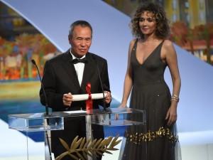 O taiwanês Hou Hsiao-Hsien recebeu o prêmio de melhor diretor ao lado da atriz italiana Valeria Golino (Foto: Anne Christine Pojoulat