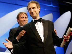 O húngaro Laszlo Nemes comemora a vitória na categoria grande prêmio pelo filme 'Saul Fia'
