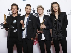 One Direction posa com dois prêmios do Billboard Music Awards 2015