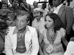 A atriz italiana Laura Antonelli (à direita) ao lado do ator francês Jean-Paul Belmondo em foto de 1976
