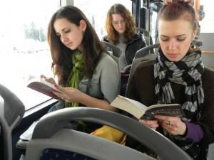 lendo-livro-onibus
