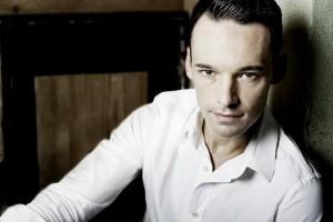 O convidado Jacob Slagter é o responsável pelo solo de violino da noite. Foto: Wildundleise Fotografie