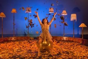 Artista usa diversos recursos na encenação. Foto: Adriana Marchiori