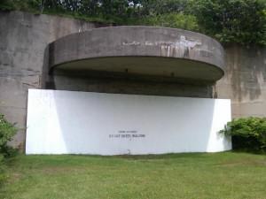 Um dos prédios fechados da antiga base de Camp Hero, local que teria abrigado os experimentos do projeto Montauk.